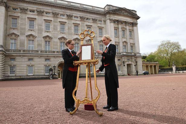 Caballete con el anuncio del nacimiento de un bebé de la familia real