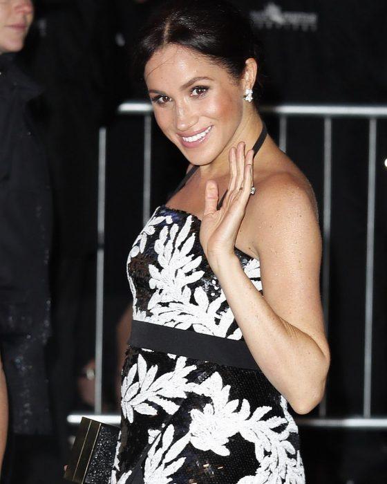 Meghan Markle usando un vestido que muestra su avanzado embarazo