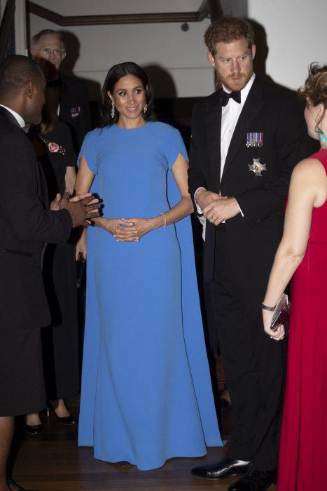 Diquesa Meghan Markle usando un vestido completo pero sin manfas