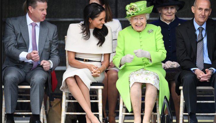 Meghan Markle sentada junto a la reina