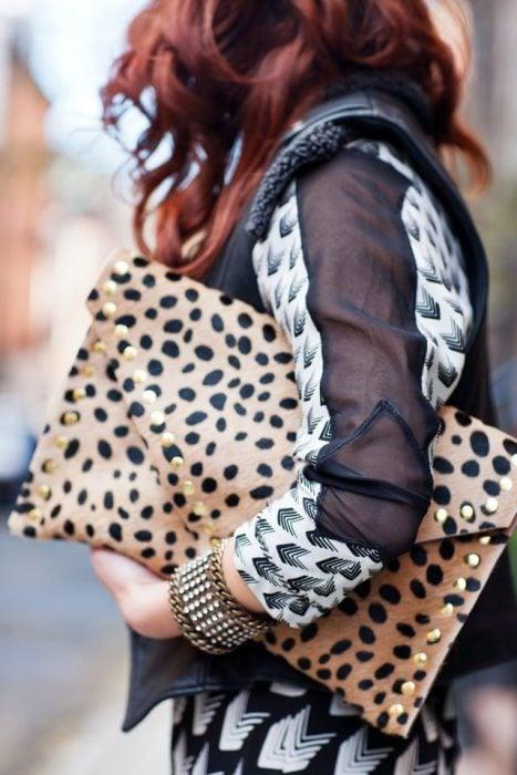 Chica con bolso grande de mano de animal print