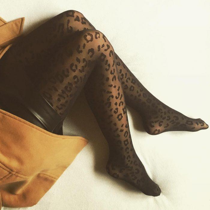 Piernas de chica con medias de animal print