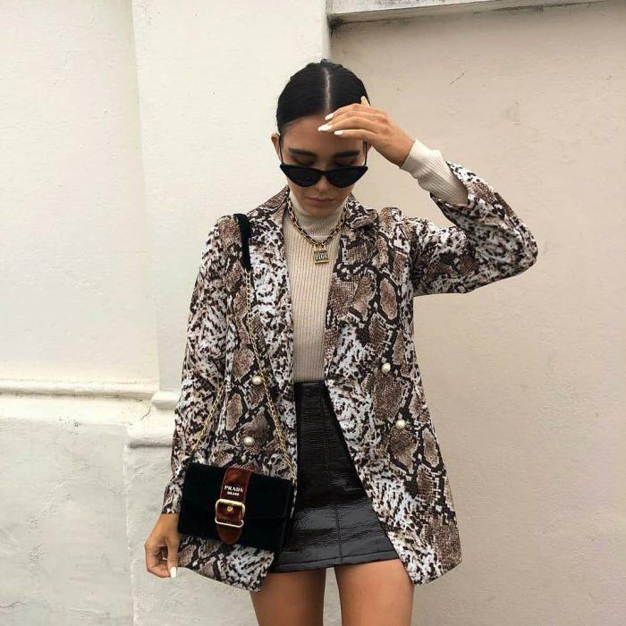 Chica con lentes oscuros y abrigo de animal print