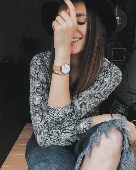 Chica feliz con blusa gris de animal print
