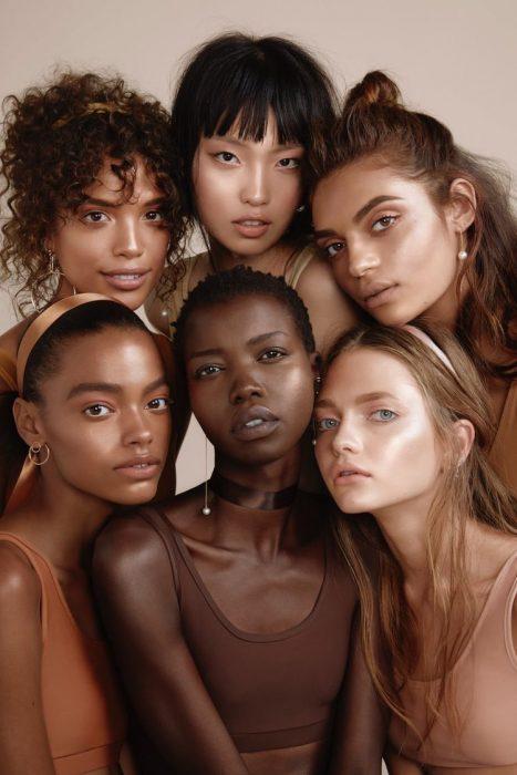 Grupo de seis mujeres con distintos colores de piel