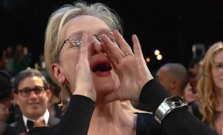 Mujer de cabello blanco gritando