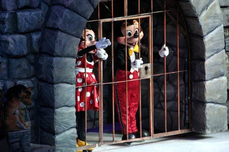 Mickey y Minnie detrás de los barrotes