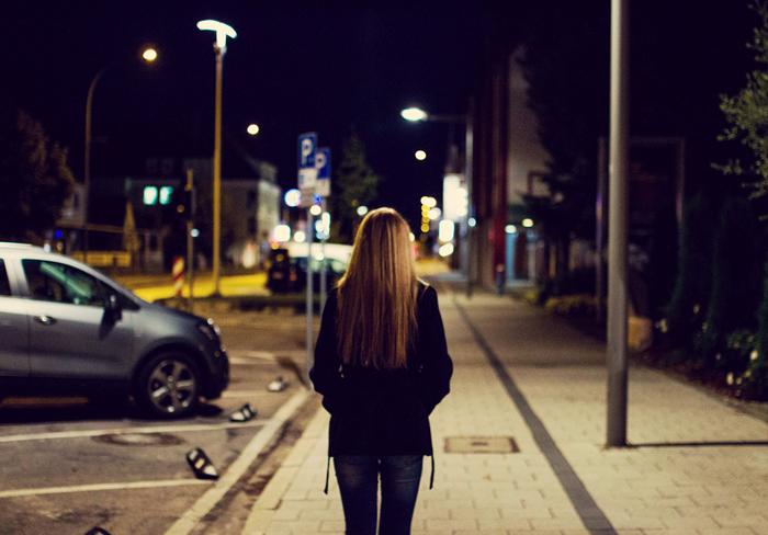 chica caminando por las calles de New York