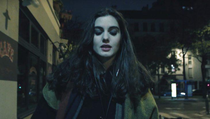 chica caminando de noche