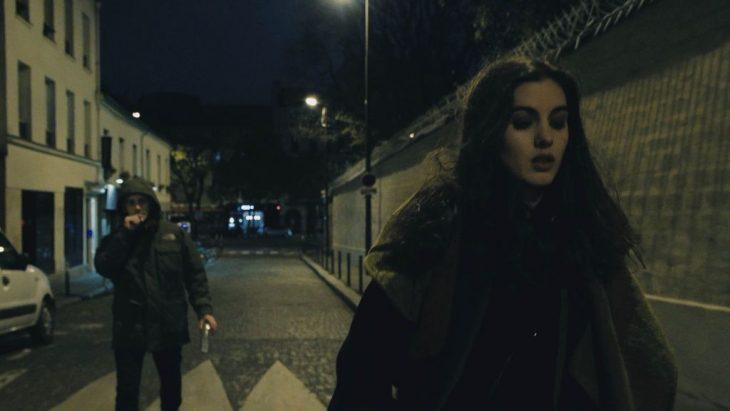 hombre persiguiendo a una chica por la calle