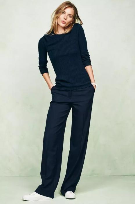 mujer con pantalón negro y camisa negra