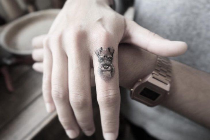 Chica con un tatuaje de un un perrito