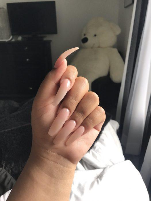 mujer con uñas largas de acrílico