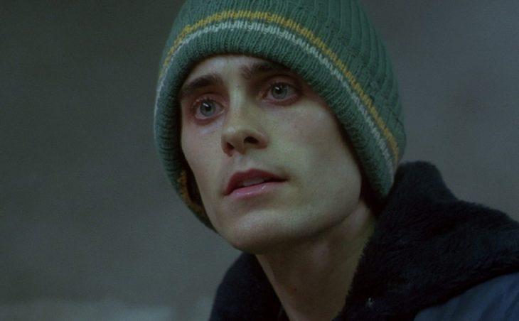 Hombre delgado con una gorra para el frío con rostro serio
