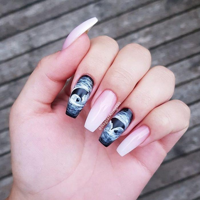 Mujer con unas uñas de ultrasonido pintadas en sus manos