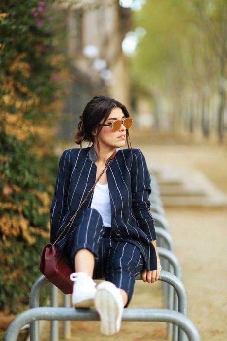 mujer con traje sastre de rayas y blazer