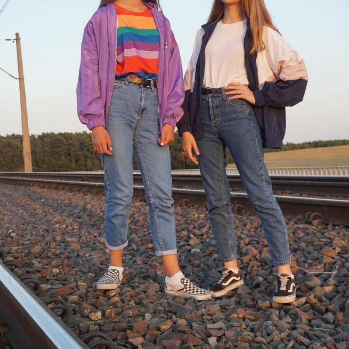 mujeres con pantalón a la cintura