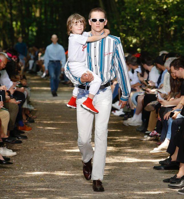 hombre con camisa de rayas y pantalón a la cintura