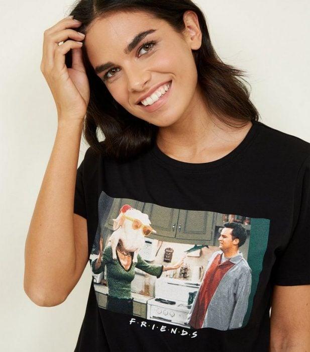 mujer sonriendo con playera negra