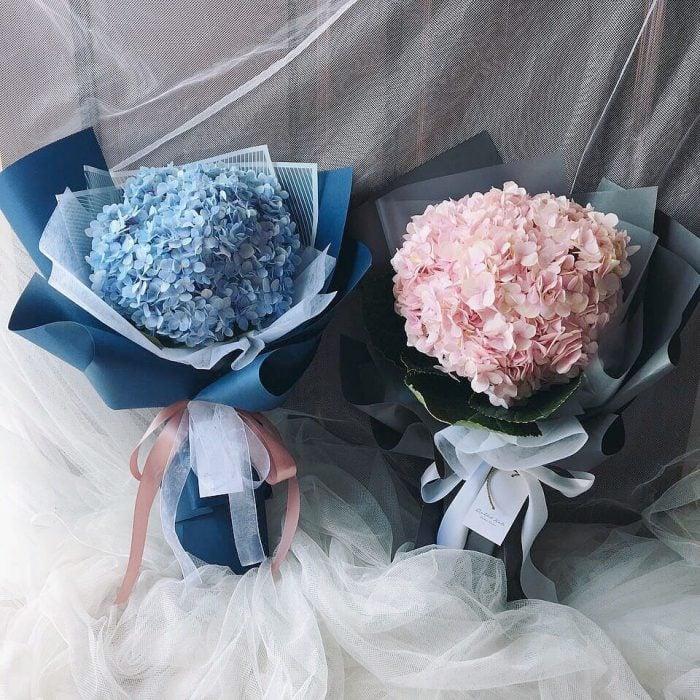 ramos de flores azul con rosa