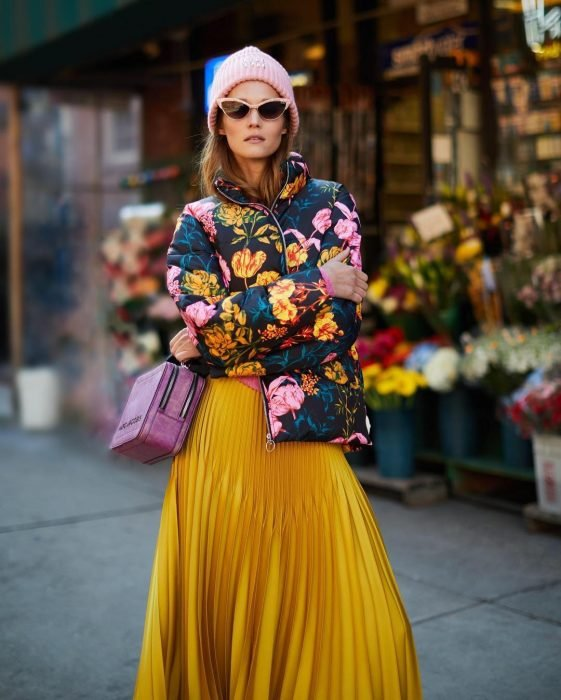 mujer con chamarra puffer con flores