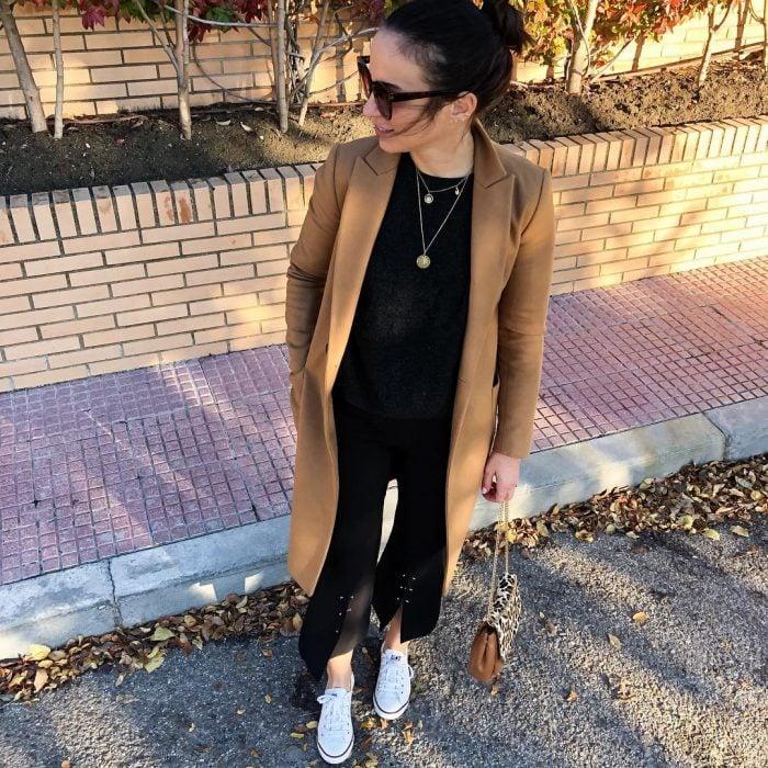 mujer con pantalón negro y abrigo café