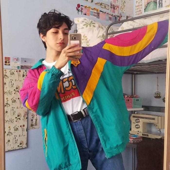 mujer con jeans a la cintura y chamarra de colores