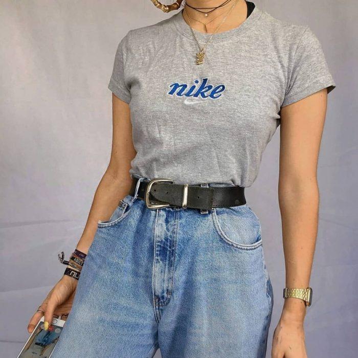 mujer con jeans a la cintura y playera girs