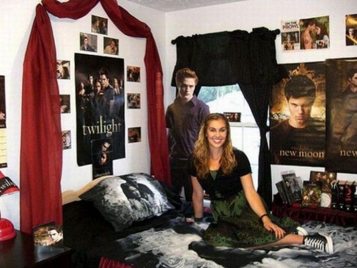 Chica en su casa decorada como crepúsculo