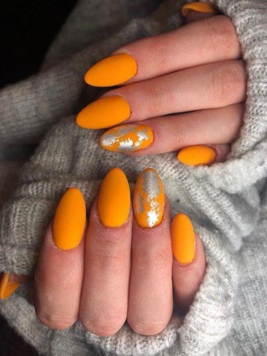 manos de mujer con uñas color