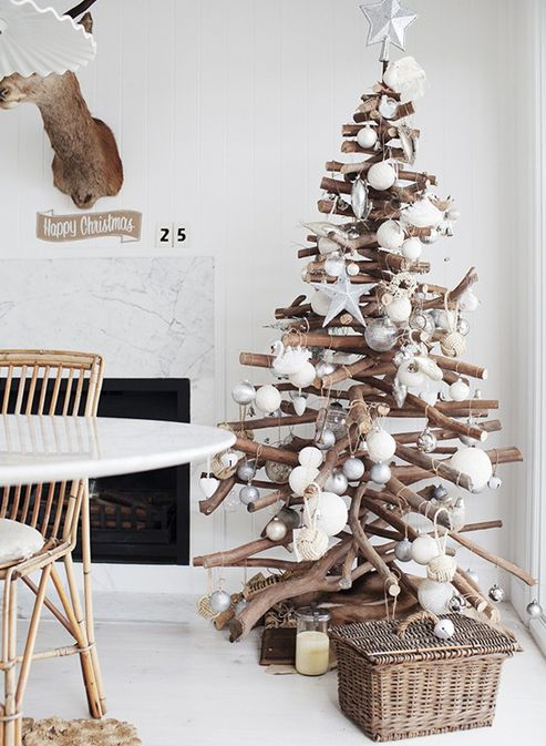 árbol de Navidad fabricado con troncos
