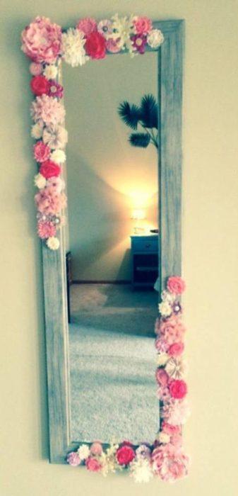Espejo decorado con flores en departamento de soltera