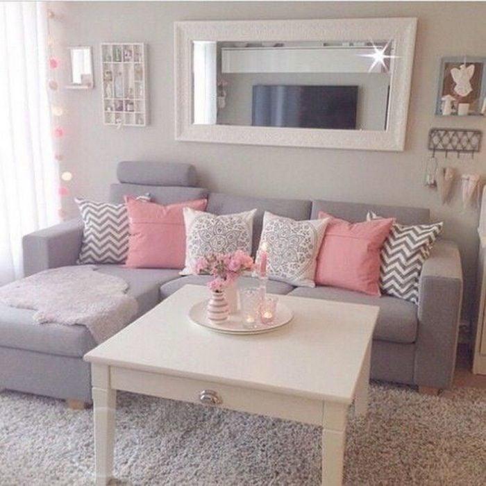 Sala de estar en color lavanda con cojines rosas