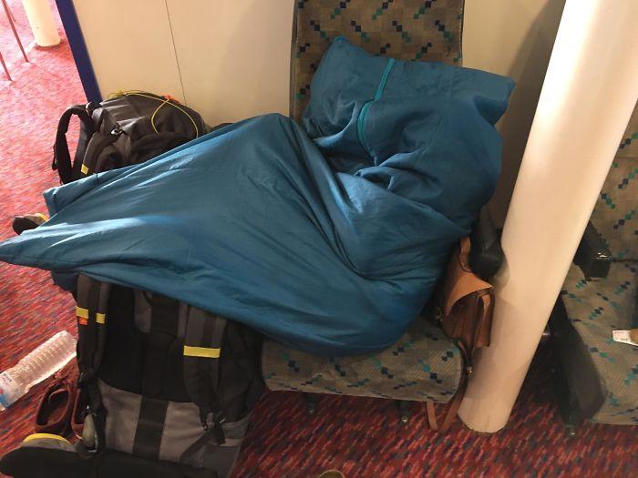 chica dormida dentro de un saco