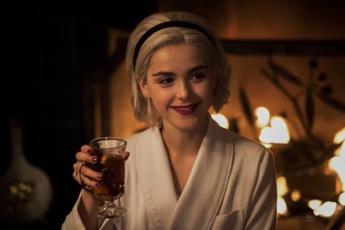 chica bebiendo vino tinto