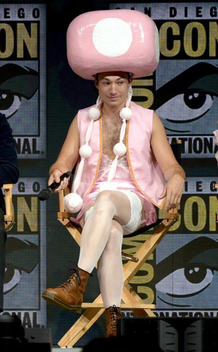 hombre con traje rosa y gorro rosa grande