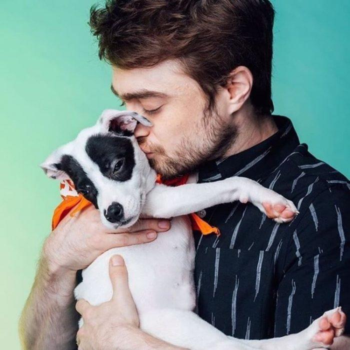 Daniel Radcliff besando a su perro