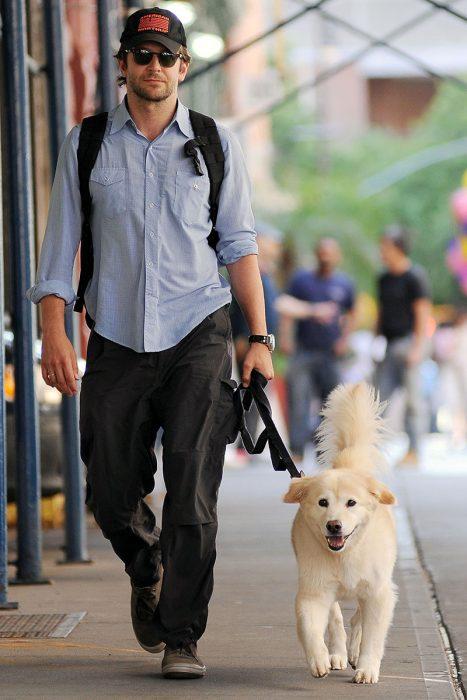 Bradley Cooper caminando acompañado de su perro