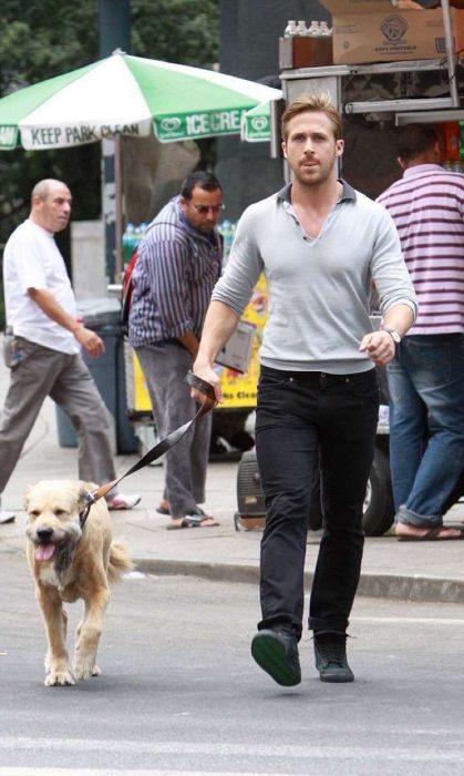 Ryan Gosling paseando con su perro