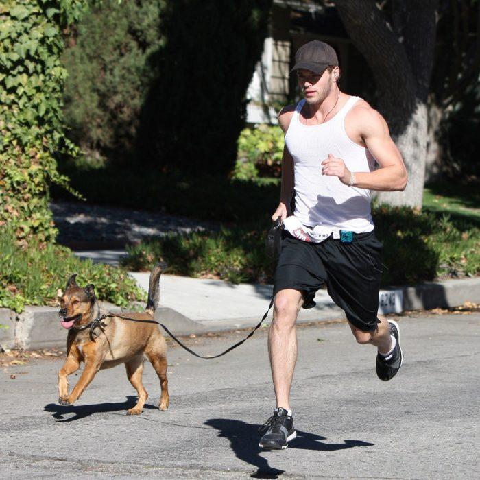 Kellan Lutz paseando a sus perros en la calle
