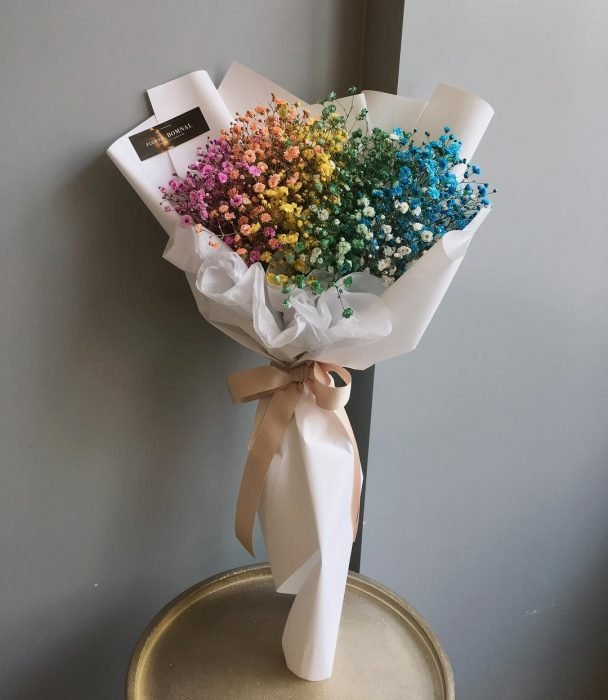 ramo de flores de arcoiris