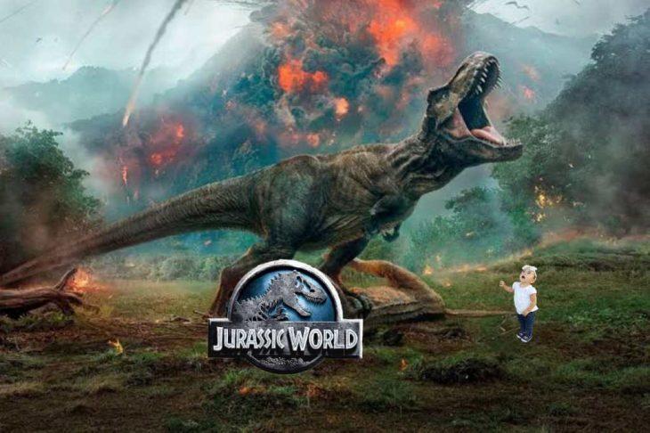 niña mirando un dinosaurio