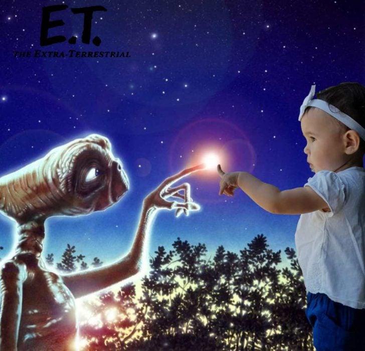 Niña recreando la escena de E.T.
