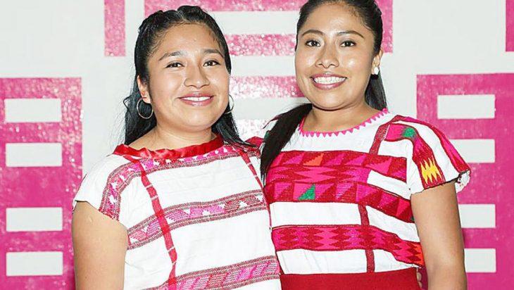 mujeres morenas con camisa blanca y rosa