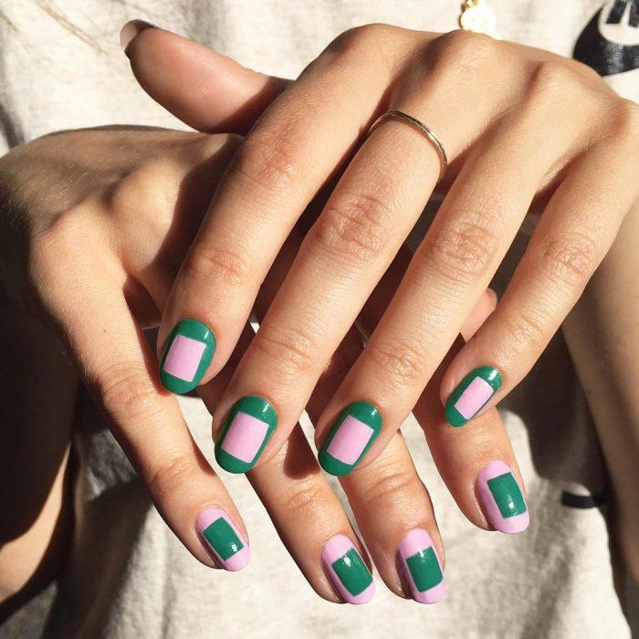 mujer con uñas rosa y verde