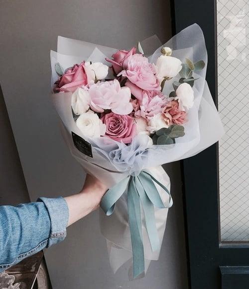 ramo de flores con rosa y blanco