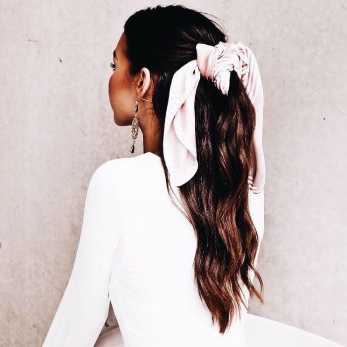 mujer con media cola y pañuelo rosa