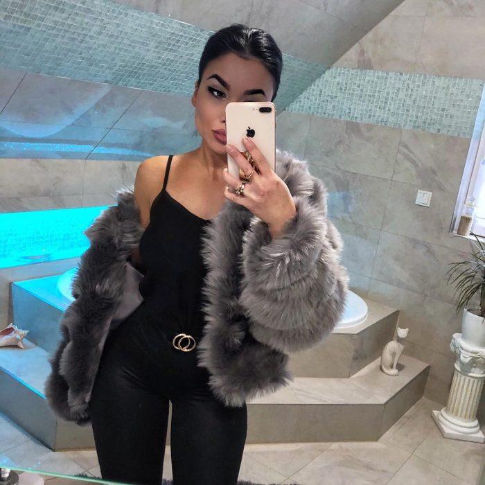 mujer vestida de negra y abrigo de peluche