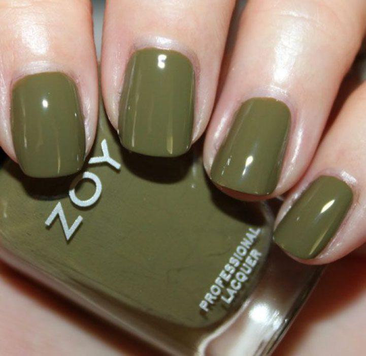 manos de mujer con uñas color verde olivo