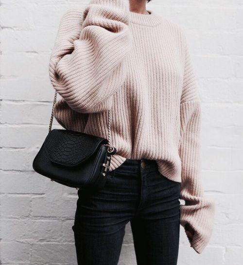 mujer con sueter beige y pantalón negro